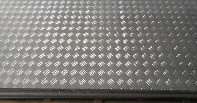 铝天花的分类 一、标准常规天花板 1、方型天花,主要有两种规格,分别是暗骨天花和明骨天花。尺寸(mm)有600X600、600X300、600X1200、400X400、500X500、300X300、300X1200、800X800、600X600组合天花、800X800组合天花等等。表面涂层有四种:聚酯粉末、烤漆、PVC覆膜、磨砂。基材选用1060铝板。 2、条扣天花,尺寸(mm)有75、100、150、200、300、300高边(宽度)等。长度达到6000mm。表面涂层有三种:聚酯粉末、烤漆、PVC