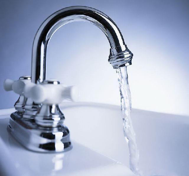 马桶进水软管安装更换