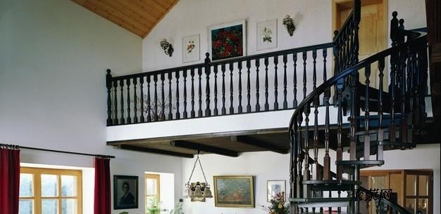 钢结构阁楼以其施工快捷,安全稳定,抗震好,强度高,以及很高的性价比等优势已广泛用应在别墅、复式楼房,需要隔空的建筑上。钢材与混凝土及木材相比,其屈服点和抗拉强度要高的多,在承载力相同的条件下,钢结构构件截面小,重量轻,便于运输和安装。这些都有利于楼房内制作结构,同时也会大大的减轻结构因自重对房体本身结构的冲击。另外钢结构制造简便,施工周期短,无须保养,后期装饰连接简便。这些优点都有利于楼房结构内的改造与加固。