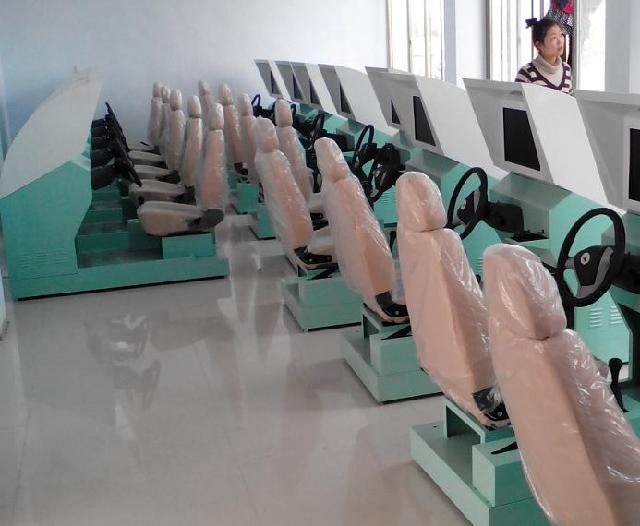 187-6687-0707汽车驾驶模拟器硬件用料方面采用高级优质钢打造而成,属国内首创、生产。具有尊贵典雅、牢固耐用,防腐防潮、防火耐高温,无毒无味、避免漏电的优点。 软件系统方面是有中国电子软件研究院在交通运输部的指导下,根据驾校教学大纲编排训练科目,采集国家标准场地实景进行模拟画面制作。汽车驾驶模拟器包括基础训练、场地驾驶、综合训练、多媒体教学录像、无纸化考试、交通标志标线及交通法规等。模拟驾驶可选择桑塔纳、吉普车、东风车、大客车、皮卡车、无级变速车等多款车型,并且有白天、雪天、雾天、雨天、黑夜等不同